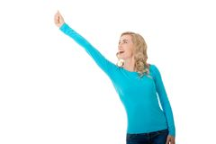 Frau in voller Länge, die Siegergeste macht Lizenzfreies Stockfoto