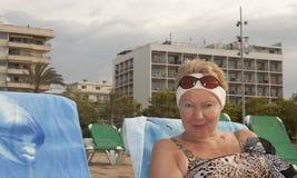 Frau von mittlerem Alter in der Sonnenbrille auf seiner Stirn Stockbild