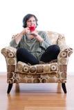 Frau von mittlerem Alter, die Kaffee allein genießt Lizenzfreie Stockfotografie