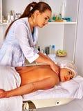 Frau von mittlerem Alter im Badekurortsalon mit Kosmetiker Lizenzfreie Stockbilder