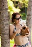 Frau von mittlerem Alter mit einer Kokosnuss stockfotos