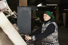 Frau von mittlerem Alter steuert den Prozess lizenzfreie stockfotografie