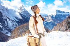Frau vor der Berglandschaft, die Abstand untersucht lizenzfreie stockbilder