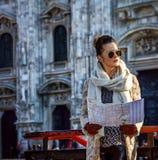 Frau vor Duomo in Mailand mit der Karte, die Abstand untersucht Stockfoto