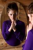 Frau vor einem Spiegel. Lizenzfreie Stockfotos