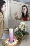 Frau vor einem Spiegel lizenzfreies stockfoto