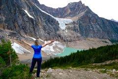 Frau vor Gletschersee Stockbild