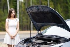 Frau vor ihrem Auto gebrochenen Auto Lizenzfreies Stockbild