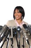 Frau vor Mikrophonen Lizenzfreie Stockfotos