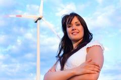 Frau vor Windmühle und Himmel Lizenzfreies Stockbild