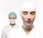 Frau vorbereitet für Schönheitsoperation stockfotos