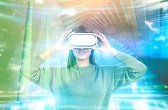 Frau in VR-Gläsern, abstraktes zukünftiges Konzept Lizenzfreies Stockbild