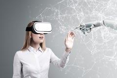 Frau in VR-Gläsern, Roboterhand stockfotos