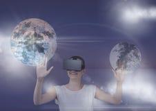 Frau in VR-Kopfhörer, der Planeten 3D mit Aufflackern gegen purpurroten Hintergrund berührt Lizenzfreies Stockbild