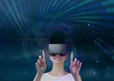Frau in VR-Kopfhörer, der purpurrote und grüne Schnittstelle gegen blauen Himmel mit Sternen berührt Stockfotografie