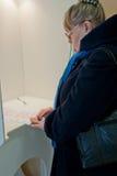 Frau wählen Anwärter des russischen Präsident Stockbilder