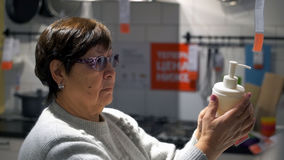 Frau wählt in der Shopseife Stockfotografie
