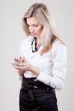 Frau wählt eine Telefonnummer Lizenzfreie Stockbilder