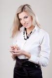 Frau wählt eine Telefonnummer Stockfotos