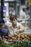 Frau wählt Erzeugnis in Belfast-Heiligem Georges Market vor lizenzfreie stockfotografie
