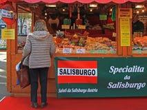 Frau wählt etwas, in Bergamo zu kaufen stockfotos