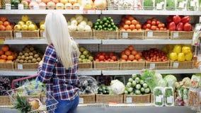 Frau wählt Frucht in einem Supermarkt stock video footage