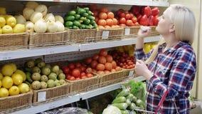Frau wählt Frucht in einem Supermarkt stock video