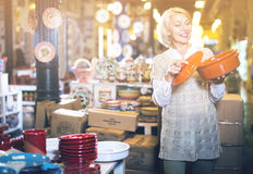 Frau wählt keramisches Stockfotografie