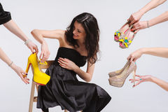 Frau wählt Schuhe Stockfotografie