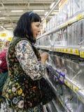 Frau wählt Waren Stockbild