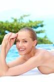 Frau während der Badekurortbehandlung nahe bei Pool Stockfotos