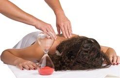 Frau während der Massageprozedur lizenzfreie stockbilder