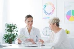 Frau während des medizinischen Interviews stockfotografie