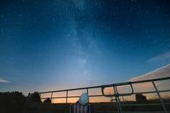 Frau während des perseid Meteorschauers sieht die Milchstraße und das ot Lizenzfreie Stockfotos