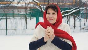 Frau wärmt Hände am Winter stock video