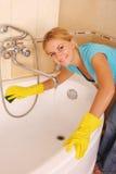 Frau wäscht ein Bad lizenzfreies stockfoto