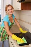 Frau wäscht eine Platte auf Küche lizenzfreies stockbild