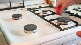Frau wäscht einen Gasherd, wenn sie die Küche säubert stock video