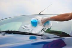 Frau wäscht ihr Auto Stockbild