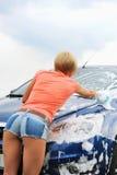 Frau wäscht ihr Auto Lizenzfreie Stockfotos