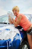 Frau wäscht ihr Auto Stockfoto