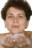 Frau wäscht Schaumgummi stockbilder