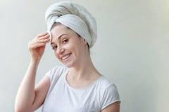 Frau wäscht weg Kosmetik lizenzfreies stockfoto