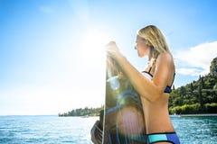 Frau wakeboarding das Surfen in das Wasser am Strand Lizenzfreies Stockbild