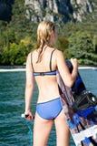 Frau wakeboarding das Surfen in das Wasser am Strand Stockfotos