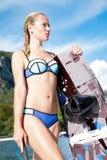 Frau wakeboarding das Surfen in das Wasser am Strand Stockfotografie