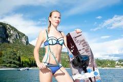 Frau wakeboarding das Surfen in das Wasser am Strand Lizenzfreie Stockbilder