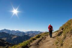 Frau wandert auf einer Spur in den Bergen stockfoto