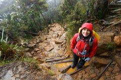 Frau wandert nassen schlammigen Tag Stockfotografie