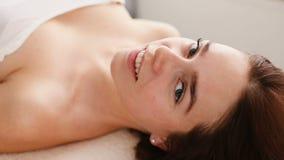 Frau wartet auf Hautpflegebehandlung stock footage